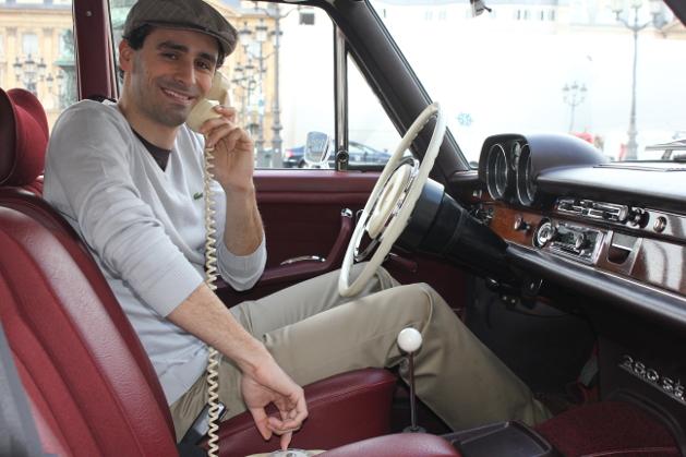 chauffeur au téléphone mercedes 280 SE
