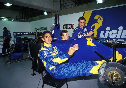 Aguri Suzuki dans le stand Ligier avec Panis