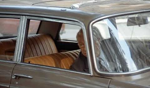Peugeot 404 deux hommes dans la ville